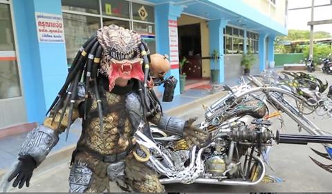 'Quái thú' cưỡi mô tô gây náo động đường phố Bangkok