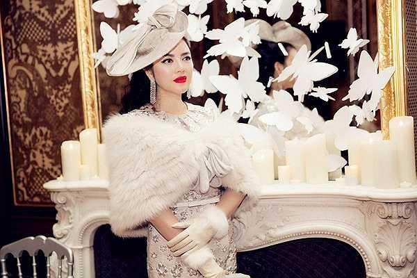 Lý Nhã Kỳ trông rất sang trọng và nổi bật giữa rừng tín đồ thời trang tại Tuần lễ thời trang Paris khi tới tham dự show diễn của Alexis Mabille.