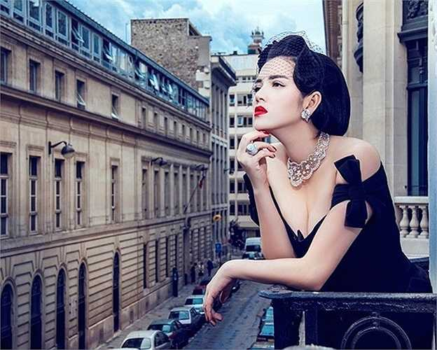 Người đẹp toát lên vẻ sang trọng, quý phái trong bộ váy đen đơn giản.