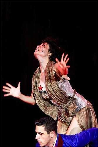 Do quá chú tâm vào bài nhảy nên Diễm My đã để lộ nguyên vòng 1 ngay trên sân khấu của Bước nhảy hoàn vũ.