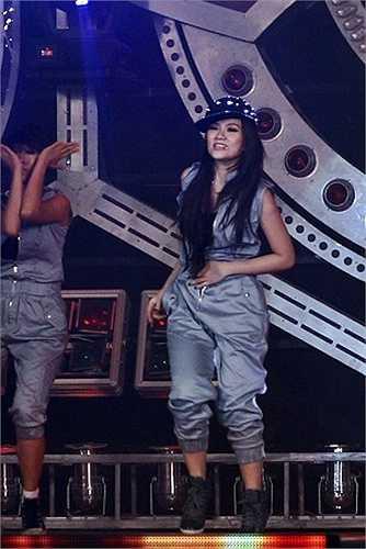 Thu Thủy bất ngờ đã bị tuột khóa quần ngay trên sân khấu trong một chương trình âm nhạc tại TP.HCM do nhảy quá sung.