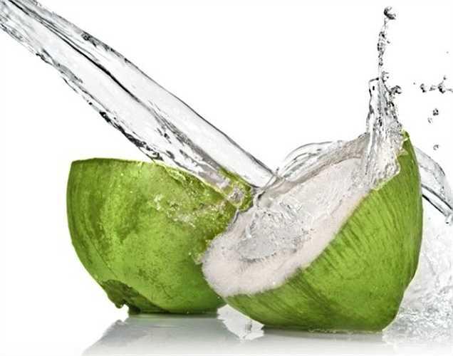 Nước dừa: Một thức uống mùa hè yêu thích, nước dừa giúp tăng cường mức năng lượng ngay lập tức. Nó dưỡng ẩm cho cơ thể của bạn và thải độc tố.