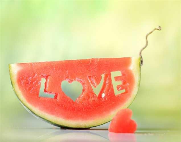 Dưa hấu chứa Vitamin C, chứa 90% là nước, và là một trong những thực phẩm tốt nhất cung cấp năng lượng cho mùa hè.