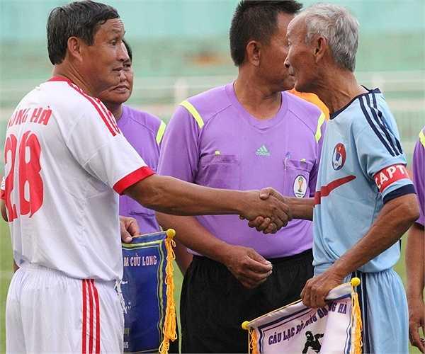 Cựu danh thủ Mai Đức Chung (Tổng cục Đường sắt) bắt tay Tư Lê (Cảng SG) - cầu thủ được mệnh danh chơi bóng bật tường hay nhất Việt Nam từ trước đến nay. (ảnh: Hoàng Tùng)