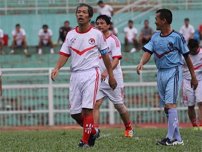 Nguyên Tổng thư ký VFF, cựu cầu thủ Quân khu Thủ đô - Ngô Lê Bằng đã để lại ấn tượng với những pha bóng ngẫu hứng nhưng cũng thiếu phần rắn chắc. (ảnh: Hoàng Tùng)