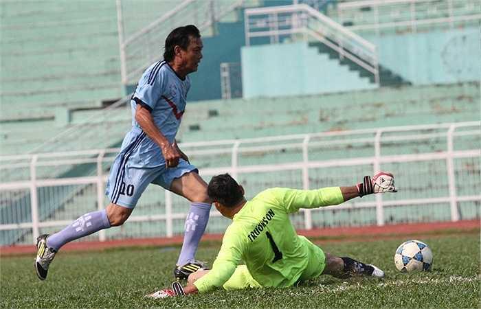 Cựu danh thủ Văn Thành lừa bóng qua thủ môn Trần Hàm Huy. (ảnh: Hoàng Tùng)
