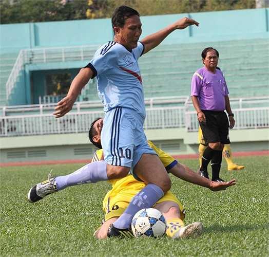 Pha dốc bóng của cựu danh thủ Đặng Hoàng Tuấn - khoác áo CATP trước, bị chặn đứng bởi hậu vệ đội Trường Sơn. (ảnh: Hoàng Tùng)