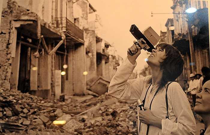 Jane Fonda chứng kiến thành phố Nam Định bị máy bay ném bom phá hủy năm 1972.(Ảnh Chu Chí Thành, phần chú thích ảnh của tác giả được giữ nguyên)