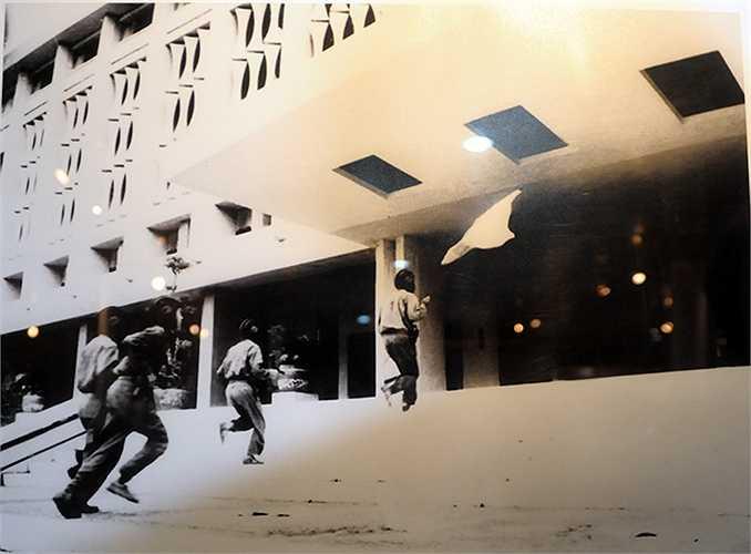 Ngày 30 tháng Tư 1975, các chiến sĩ lái xe tăng Bắc Việt Nam chiếm Dinh Tổng thống Sài Gòn. Người cầm cờ là Bùi Quang Thận, đại đội trưởng Trung đoàn tăng thiết giáp 202. (Ảnh Hứu Kiểm, phần chú thích ảnh của tác giả được giữ nguyên) (Thực hiện: Việt Linh)