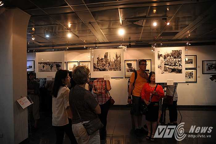 Hơn 40 tác phẩm chọn lọc của các tác giả đã ghi lại những năm tháng kháng chiến hào hùng của dân tộc, những chiến tích, kỷ niệm về chiến trường Việt Nam.