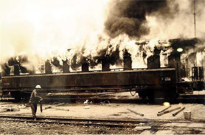 Mỹ ném bom xuống ga Hải Phòng năm 1972 (Ảnh: Mai Nam, phần chú thích ảnh của tác giả được giữ nguyên)