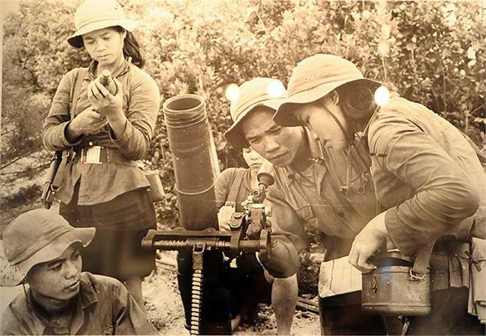 Đội dân quân pháo binh xã Trung Giang – Gio Linh bao vây quân Nam Việt Nam cố thủ trong thành phố Cồn Tiên. Chị Lan, bên phải ảnh, là đội trưởng. Chị hy sinh trong cuộc chiến năm 1972. (Ảnh: Đoàn Công Tính, phần chú thích ảnh của tác giả được giữ nguyên)