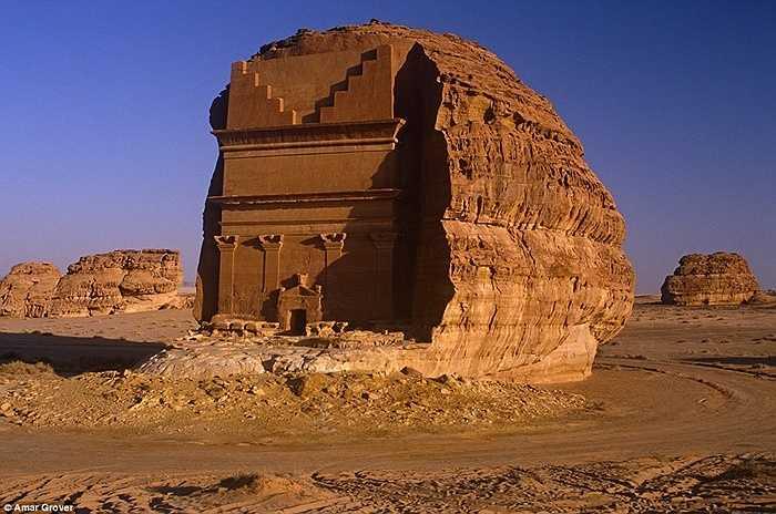 Đây thực chất là một khu cổ mộ đục từ ngọn núi đá giữa sa mạc