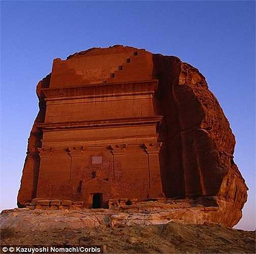 Ngọn núi bị đẽo thành hình hài giữa sa mạc