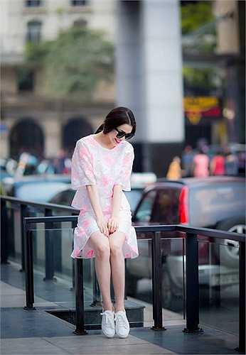 Trà Ngọc Hằng nữ tính trong loạt ảnh dạo phố mới.