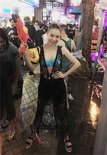 Trà Ngọc Hằng ăn mặc táo bạo, bốc lửa khi đi du lịch Thái Lan.