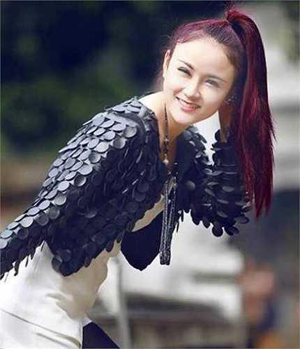 Nữ ca sỹ tài năng, xinh đẹp này là Ngô Thị Thanh Huyền, sinh năm 1995, đến từ Thanh Hóa.