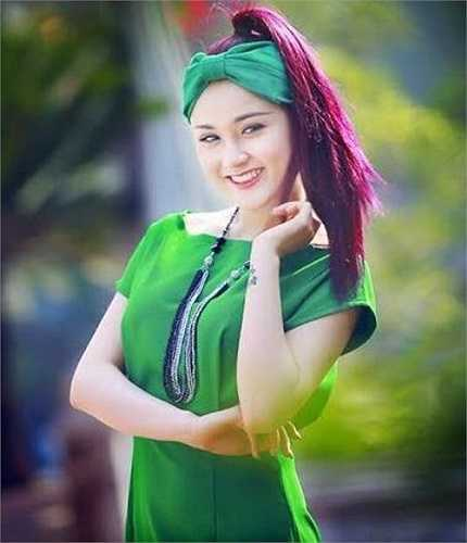 Cô bạn hot girl chia sẻ: Hiện tại, mình đang sống tại Hà Nội cùng gia đình, công việc hằng ngày của mình là đi diễn, đi học, đi tập, thu âm, quay những game show, chương trình ca nhạc của đài truyền hình'.