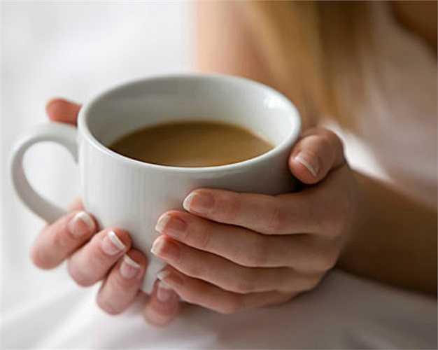 Uống cà phê.