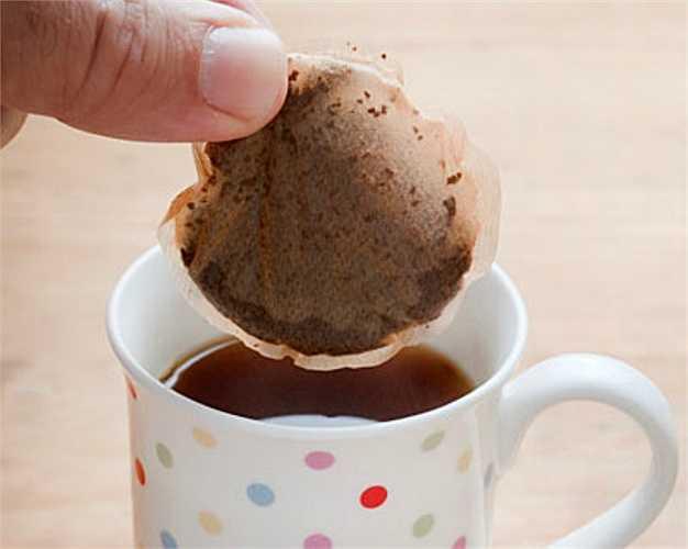 Uống trà.