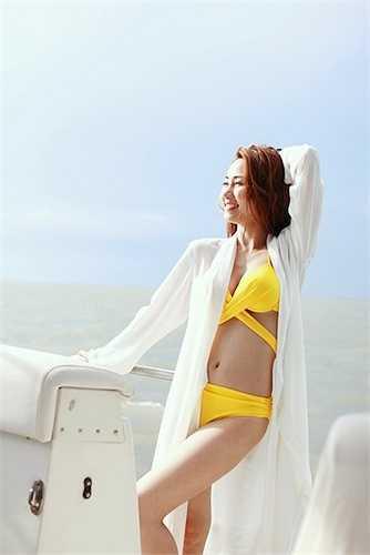 Trong những hình ảnh hậu trường của 'Ma Dai' vừa được chia sẻ, nữ diễn viên Ngân Khánh xuất hiện trong trang phục bikini vàng rực rỡ.