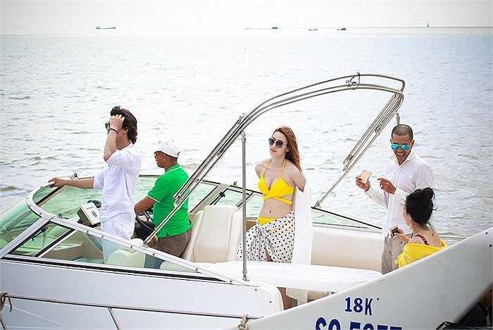 Hai diễn viên đã phải lao thẳng từ trên du thuyền xuống mặt nước. Trong cảnh quay này, cả Ngân Khánh và Hà Việt Dũng đều gặp sự cố suýt chết khi rơi xuống biển.