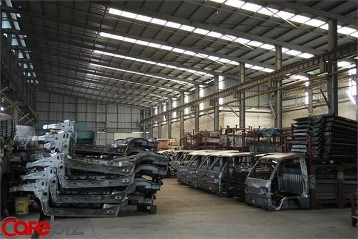 Khu nhà máy của Vinaxuki rộng 12ha, có giai đoạn mỗi ngày xuất xưởng gần 100 xe, nay bị bỏ hoang, bụi bám dầy đặc..