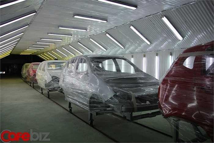 Khoảng 200 chiếc vỏ xe 4 chỗ đã hoàn thiện, xếp hàng ngay ngắn bên trong nhà máy. Đây là khung của những chiếc xe đầu tiên dự kiến được xuất xưởng từ những năm 2011-2012.