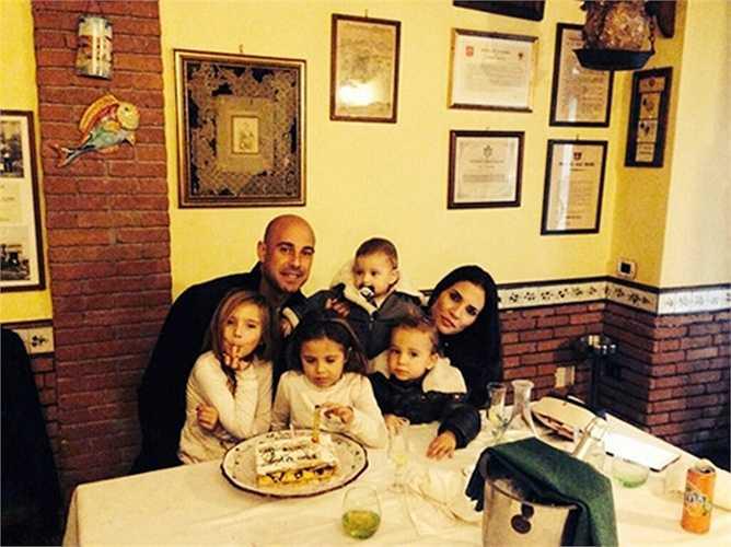 Yolanda Ruiz, bà xã Pepe Reina vừa cho ra đời đứa con thứ 5 vào ngày 16/1 vừa rồi. Họ kết hôn với nhau vào năm 2006 và trung bình 2 năm lại chào đón 1 thành viên