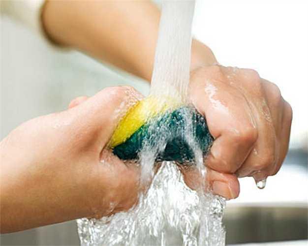 Giẻ rửa bát: Là một trong những thứ bẩn nhất trong nhà bạn, bẩn gấp 200.000 lần bệ ngồi bồn cầu và là ổ chứa mầm bệnh, thậm chí có thể dẫn đến bại liệt ở người.