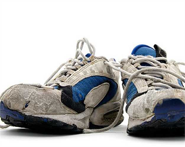 Giày thể thao cũ mòn do sử dụng lâu: Giày mòn rách sẽ mất khả năng giảm sóc và hấp thụ lực tác động giữa bàn chân và mặt đất khi chạy, do đó lực sẽ truyền đến cơ, xương và gân nhiều hơn, khiến bạn có nguy cơ bị chấn thương.
