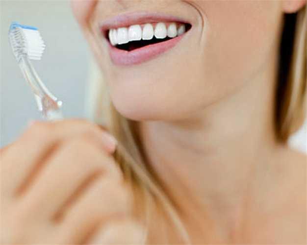 Bàn chải đánh răng bị tòe: Bàn chải đã mòn tòe sẽ kém hiệu quả trong việc làm sạch răng và ngăn ngừa sâu răng.
