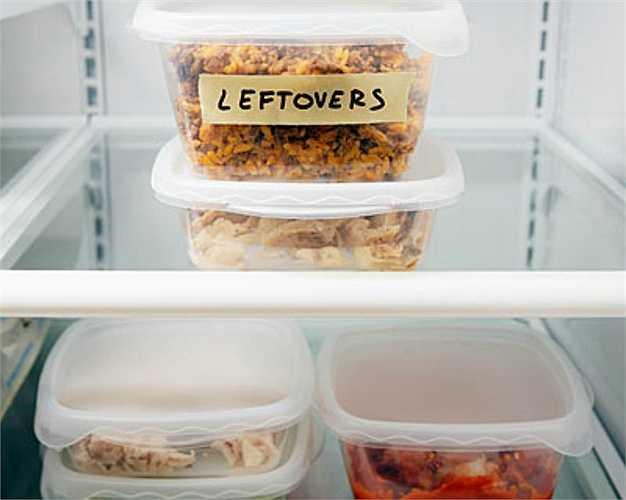 Thức ăn thừa lưu cữu trong tủ lạnh.