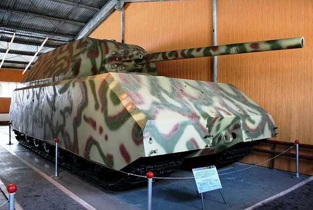 Panzer VIII Maus là một mẫu xe tăng siêu nặng và là xe chiến đấu bọc thép lớn nhất từng được chế tạo với kích thước khổng lồ, chiều dài 10,2m, chiều rộng 3,7m, cao 3,6m và nặng 188 tấn