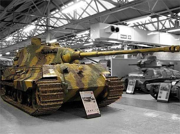 Tiger II là xe tăng hạng nặng của Đức, có trọng tượng gần 70 tấn, được bảo vệ bởi giáp phía trước dày 100 đến 180 mm