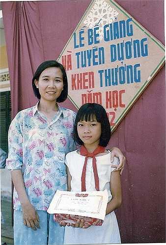 Đây là ảnh chụp năm 1992, lúc Mỹ Tâm vừa tròn 11 tuổi khi được nhận phần thưởng nhờ thành tích học tập tốt. Kiểu tóc này những năm 1990 rất thịnh hành nên Mỹ Tâm cũng trung thành với nó suốt thời gian dài.
