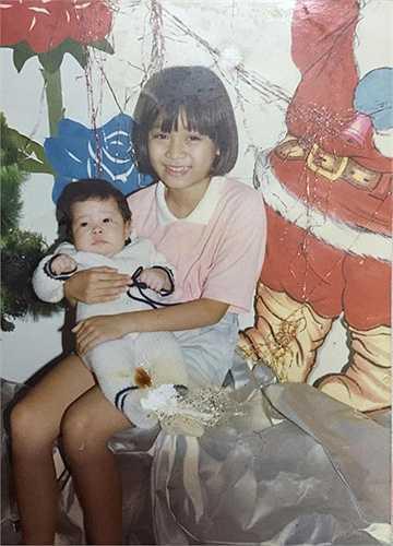 Ca sĩ Minh Thư năm 10 tuổi rất dễ thương. Cô bế em năm đó mới 1 tuổi.