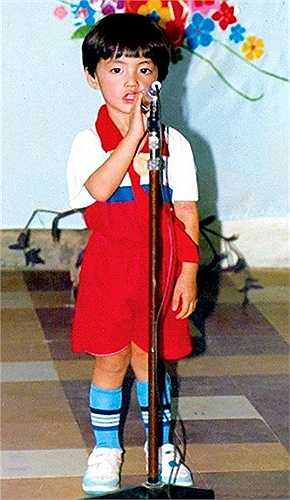 Noo Phước Thịnh năm 4 tuổi ngơ ngác biểu diễn văn nghệ.