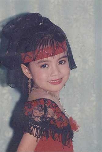 Hoàng Thùy Linh được mẹ cho sinh hoạt văn nghệ từ bé nên trông rất sành điệu.
