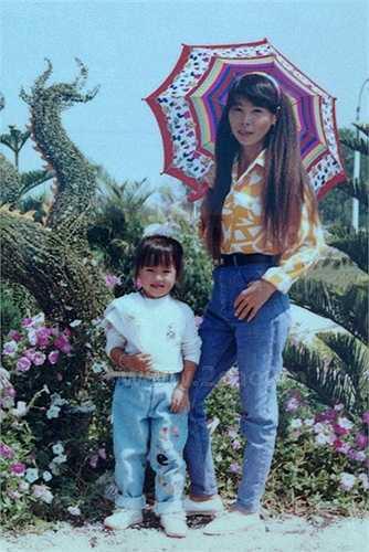 Khởi My bụ bẫm năm 3 tuổi, được mẹ đưa đi chơi. (Nguồn: Ngôi sao)