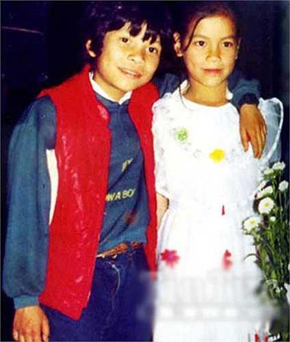 Hồ Ngọc Hà chụp ảnh cùng anh trai khi cả hai còn nhỏ. Mang trong mình dòng máu lai Pháp nên cả hai anh em đều trông rất Tây.