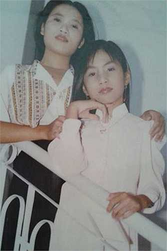 Thủy Tiên chụp ảnh với mẹ năm cô 13 tuổi.