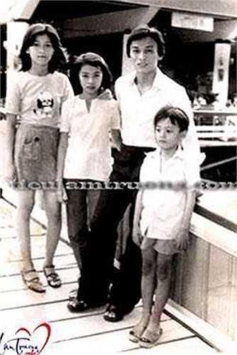 Ca sĩ Lam Trường kể, anh chụp tấm ảnh này cùng anh trai Lam Tài (bố Tiêu Châu Như Quỳnh) và các chị gái Ngọc Hạnh, Ngọc Anh. Khi đó, mặt anh chảy xị ra vì anh trai không cho vào rạp xem phim 'Đĩa bay'.