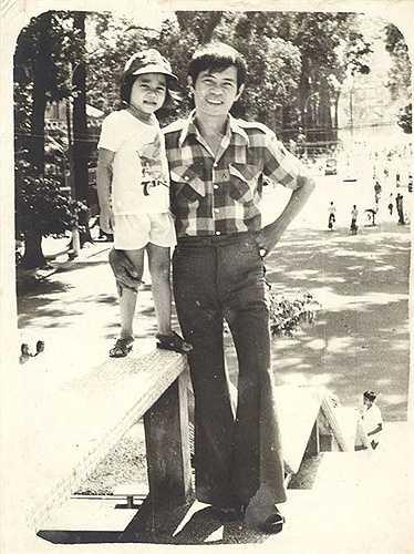 Thu Minh chụp ảnh với bố ở hồ con rùa năm cô mới 2 tuổi. Lúc đó gia đình Thu Minh vừa chuyển từ Hà Nội vào Sài Gòn nên cô được bố đưa đi chơi.