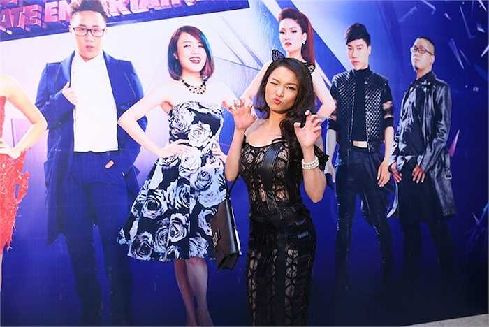 Chiều qua (14/4), Thủy Top đã cùng 9 thí sinh của 'Tuyệt đỉnh tranh tài' mùa 2 đến dự lễ ra mắt chương trình.