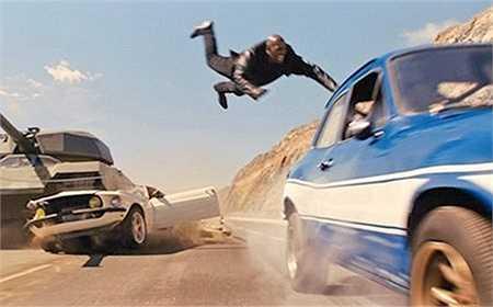 Trong cảnh phim hoành tráng nhất Fast & Furious 6 khi cả nhóm Dom chiến đấu cùng xe tăng trên đường phố, Brian đã lái xe cứu Roman trước khi anh này bị xe tăng nghiến nát.