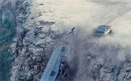 Một cảnh hành động đáng nhớ nữa của Paul Walker trong phần 7 khi nhảy ngược ra được khỏi chiếc xe bus đang lao xuống vực.