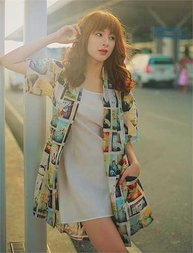 Nữ ca sĩ - người mẫu chứng tỏ gu thời trang đường phố ổn định với set trang phục hiện đại, năng động. Cô diện váy suông voan mỏng, bên ngoài là áo khoác nhẹ có họa tiết nổi bật.