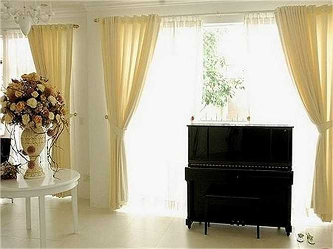 Phòng tiếp khách với tông màu trắng chủ đạo. Trong đó Lý Nhã Kỳ đặt chiếc đàn piano cao cấp.