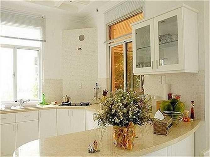 Khu nhà bếp hiện đại, các vật liệu thi công (bàn đá, gạch ốp) đều thuộc hàng đắt đỏ.